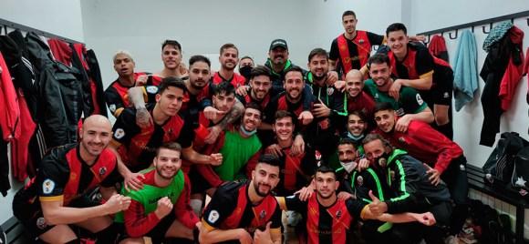 Los jugadores del Cabecense celebran en el vestuario su triunfo ante el Rota