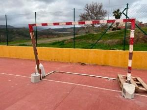 Estado de una de las portería de la pista polideportiva del Príncipe