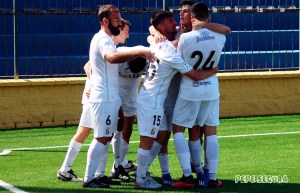 Jugadores del Ceuta celebran el gol de Reina en el partido anterior ante el Arcos