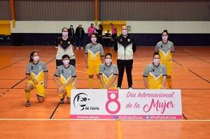 Los distintos equipos de la Liga senior han saltado a la pista con mascarillas reivindicativas / Foto: FFCE