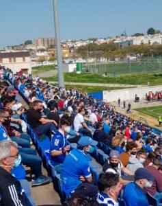Más de 800 espectadores, sin guardar las distancias, han presenciado el partido en La Juventud