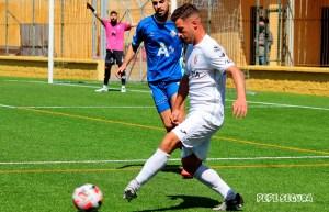 Hinojosa golpea el balón ante un jugador del Arcos