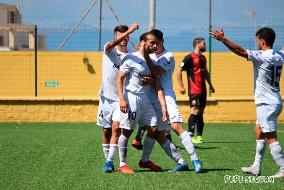 Ismael César, felicitado por sus compañeros tras anotar el 1-0