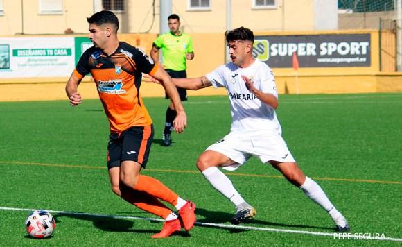 Melo presiona a un jugador del Xerez CD en el partido de la primera vuelta en Ceuta