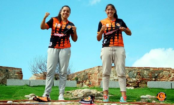 Fátima Villar (izquierda) y Maura Scaletti, ya en Ceuta con la camiseta del CD Camoens