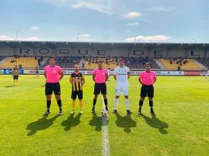 Los capitanes de San Roque de Lepe y Ceuta, junto al trío arbitral, antes del comienzo del partido