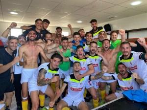 Los jugadores del San Roque celebran su último triunfo en la primera fase