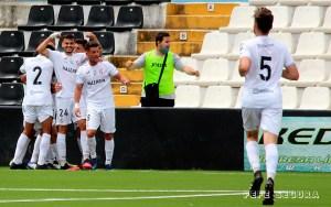 Capa celebra con sus compañeros el gol que le marcó al Utrera, primero de los tres del Ceuta el pasado domingo