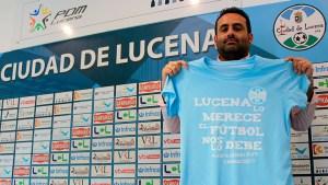 El presidente del Ciudad de Lucena, con la camiseta conmemorativa del 'play off' de ascenso