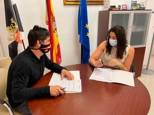 Gerardo Pizones y Lorena Miranda, en la firma del convenio