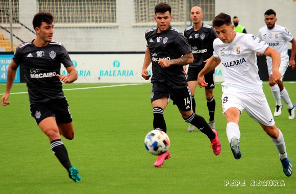 Reina, autor del tercer gol caballa, conduce el balón perseguido por dos jugadores del Utrera
