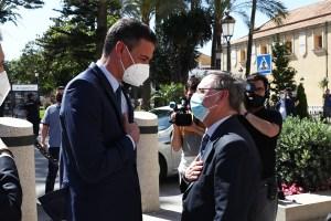 Pedro Sánchez, recibido por Juan Vivas a las puertas de Palacio de la Asamblea
