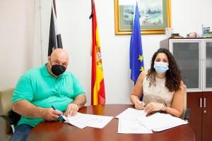 Nicola Cecchi y Lorena Miranda, firmando el convenio