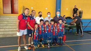Los integrantes del POuerto, con los federativos que han entregado los trofeos / Foto: FFCE