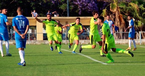 Los jugadores del Ceuta enloquecen de alegría tras el gol de Misffut