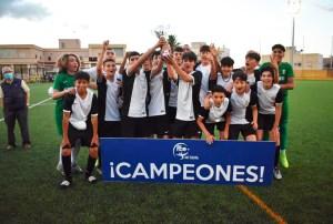 Los infantiles del Deportivo Ceutí levantan la copa de campeones / Foto: FFCE