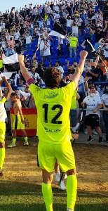 El capitán del Ceuta, saludando a la afición caballa en Jerez