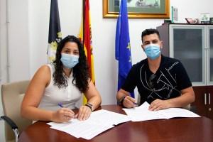 Lorena Miranda y Yasin Harrus, firmando el convenio