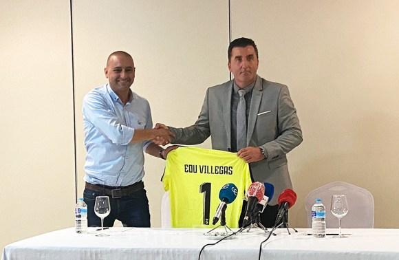 Hamido le ha entregado a Villegas una camiseta del Ceuta con el número 1, el que lució en su etapa como portero