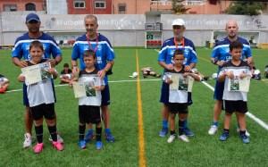 Sandro, Kryos, Tayo y Dani Olsson, con cuatro alumnos del primer turno del Campus de Verano de la FFCE