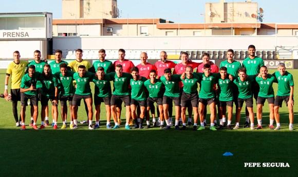 La plantilla de la AD Ceuta FC, este lunes en el estadio Alfonso Murube