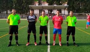 El capitán del Ceuta 'B', Ismael 'Maruja', junto al capitán del Guadiaro y el trío arbitral / Foto: DeportesCG.es