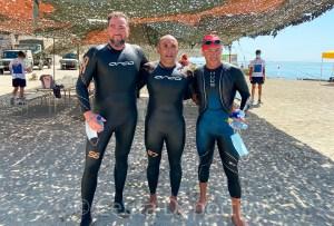 Los tres primeros clasificados, en la playa de La Ribera