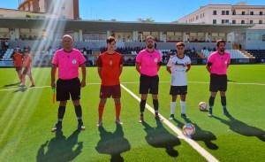 Los capitanes de Sporting y Recreativo posan con el trío arbitral