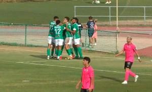 Los jugadores del Rota celebran el gol de penalti de Zequi Díaz