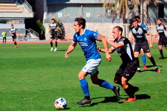 Ismael César porfía por el balón con un contrario en el Xerez DFC - AD Ceuta FC de la pasada temporada
