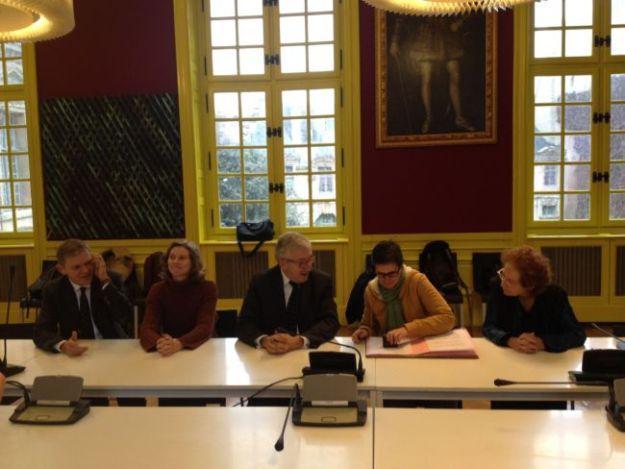 Signature du protocole de fin de conflit pour l'amélioration des conditions de travail des personnels de l'abbaye du Mont-Saint-Michel. Accord entre le CMN, la CFDT-CULTURE et le SNMH-CGT. Accord signé le 2 décembre 2014. Xavier Bailly (CMN, Administrateur du Mont-Saint-Michel), Hélène Ramet (SNMH-CGT), Philippe Bélaval (Président du CMN), Michèle Ducret (Secrétaire générale de la CFDT-CULTURE), Brigitte Téhoval (CMN, directrice des ressources humaines)