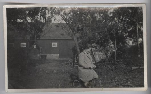 Ellen Hawkinson från USA på besök 1938 i Vanstad 8