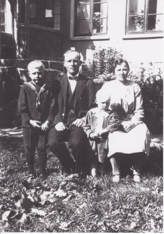 Alfred och Maria Håkansson med sönerna Folke och Ove på Vanstad 18