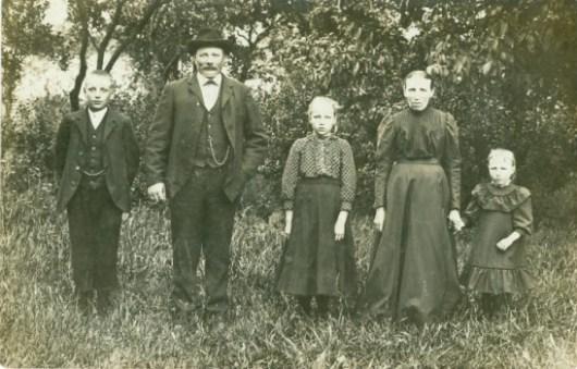 Familjen Nils Jönsson framför trädgården på Vanstad 27
