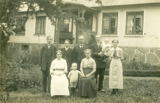 Familjefotografi sommaren 1915 på Vanstad 18