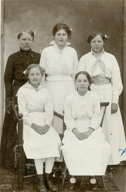 Brudtärnor i vit bröllopsklädsel 1920 i Vanstad