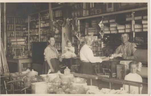 Henry Hawkinson med hustrun Annie och nyfödda dottern Ester i affären i Crocus 1908