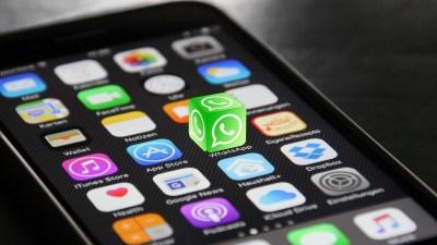 Icono de Whatsapp saliendo en 3D de un iphone