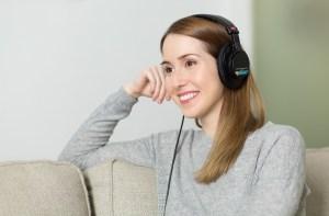 Mujer esuchando música con audífonos