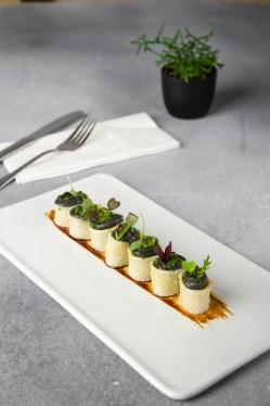 Calamarata rellena de Pota blava con salsa de trufa negra i germinados
