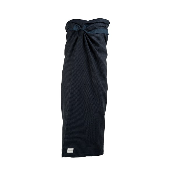 Extra large bath sheet for the gym, yoga, spa, beach, or at home after a pampering session. Compact and fast drying, with a band to keep it in place and for hanging. This is the dark blue version. 165 x 110 cm