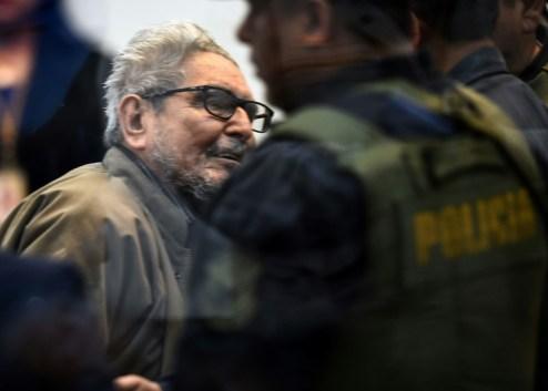 Le chef du Sentier lumineux Abimael Guzman jugé pour un attentat commis en 1992, durant son procès sur la base de Callao près de Lima le 11 septembre 2018 (AFP - CRIS BOURONCLE)