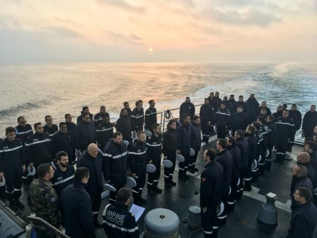 Des marins français le 28 novembre 2019 en mer Noire à bord du navire Commandant Birot observent une minute de silence en mémoire des 13 militaires français morts au Mali   (AFP - Fabien ZAMORA)