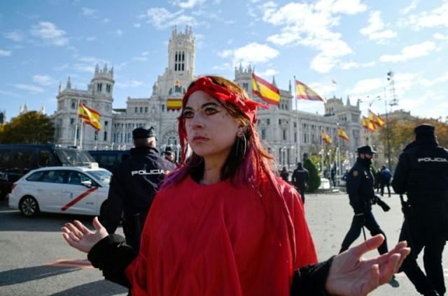 Une activiste du mouvement Extinction Rebellion sur la place de Cibeles à Madrid, le 3 décembre 2019 (AFP - OSCAR DEL POZO)