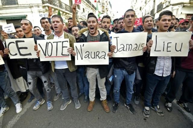 A Alger le 6 décembre 2019, des Algériens manifestent contre la présidentielle devant se tenir le six jours plus tard (AFP - RYAD KRAMDI                        )