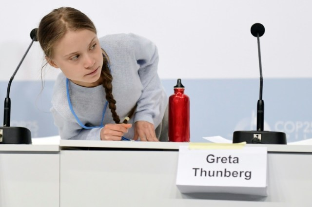 La militante suédoise pour le climat Greta Thunberg à son arrivée pour une conférence de presse avec d'autres jeunes activistes en marge de la COP25, à Madrid le 9 décembre 2019 (AFP - CRISTINA QUICLER)