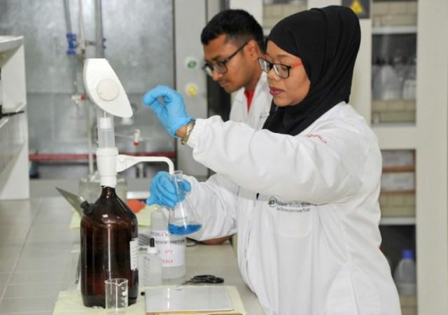 Des employés de l'usine de dessalement de Sur, à Oman, le 27 novembre 2019 (AFP - Sultan al-Hasani)