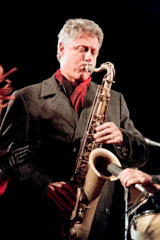 Bill Clinton, alors candidat à la présidentielle, joue du saxophone dans le New Jersey, en novembre 1992 (AFP/Archives - Timothy A. CLARY)