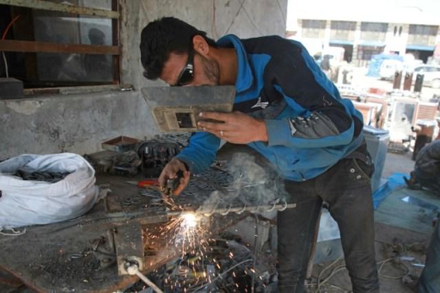 Un employé syrien d'une fabrique de poêles chauffés aux coques de pistache à Dana, dans la province syrienne d'Idleb (nord-ouest), le 18 décembre 2019  (AFP - Aaref WATAD)