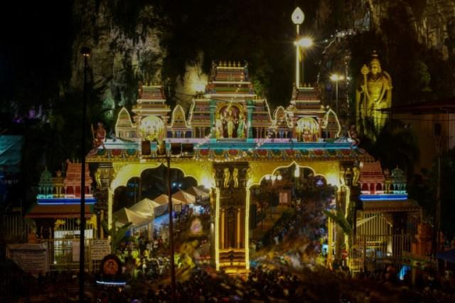 Des fidèles hindous se rendant au temple des grottes de Batu, en Malaisie, le 7 février 2020 (AFP - Mohd RASFAN)